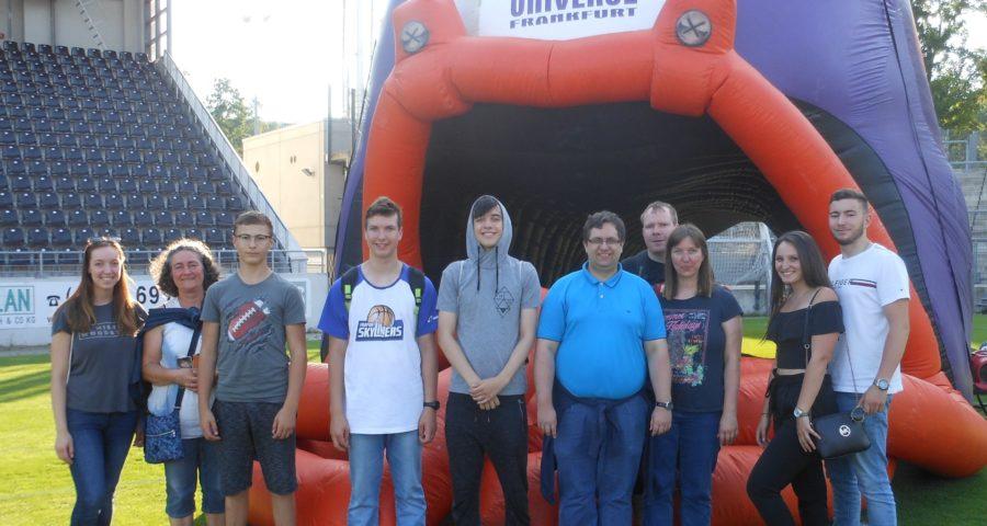 Teilnehmer des Freizeitseminars der Hessischen Stenografenjugend bei den Franfurt Universe