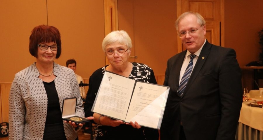 Präsidentin Hofmann und Vizepräsident Karbowski überreichen Plakette und Urkunde an Hannelore Schindelasch